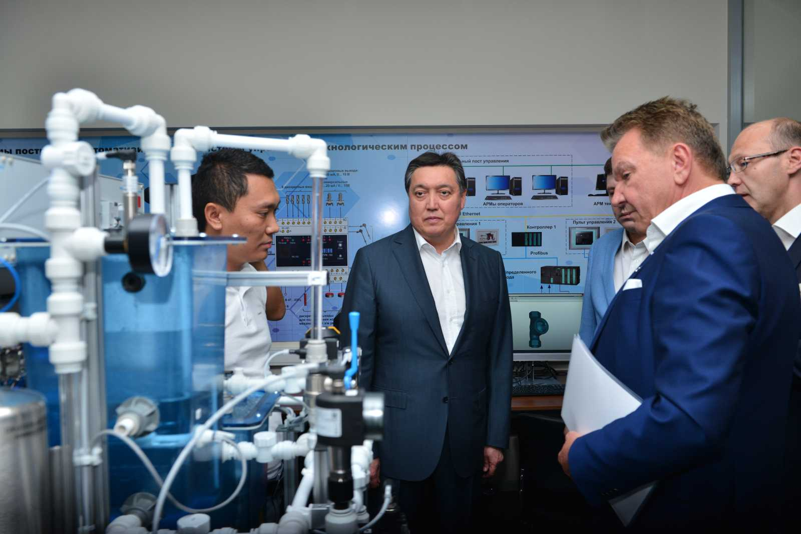 Аскар Мамин и Елжан Биртанов посетили завод SANTO вШымкенте